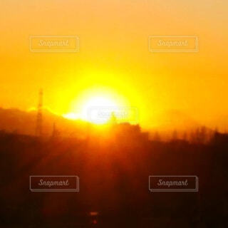 富士山の麓に沈みゆく、燦然と輝く夕陽の写真・画像素材[4871859]