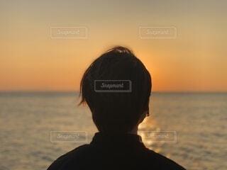 海,空,屋外,太陽,ビーチ,夕暮れ,水面,人物,人,人間の顔