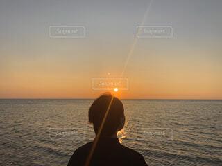 男性,海,空,屋外,太陽,ビーチ,夕暮れ,水面,人物,人