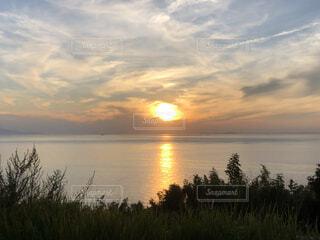 自然,風景,海,空,屋外,太陽,雲,夕焼け,夕暮れ,水面,海岸,日の出,眺め