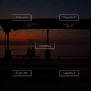 海,空,屋外,太陽,駅,雲,夕暮れ,暗い,水面,マジックアワー,エモーショナル,下灘,海近い