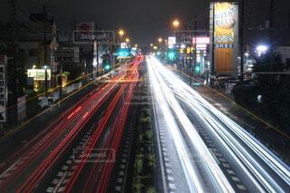 風景,夜,屋外,道路,高速道路,道,トラック,高層ビル,明るい,通り,交通,車両,テキスト,プラットフォーム,街路灯
