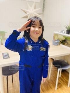 女性,家族,屋内,青,子供,女の子,人物,人,笑顔,小学生,仕事,夢,宇宙,制服,将来,敬礼,将来の夢,宇宙飛行士,ツナギ,小学生の女の子,人間の顔