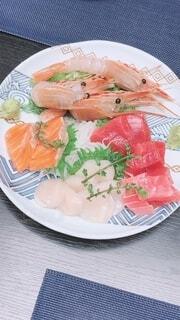 食べ物,テーブル,野菜,皿,寿司,調理,刺身,魚介類,サーモン,スモークサーモン,大皿,さかな,フライ返し,味覚の秋,付け合わせ,うちの店,美味しそうでしょ?
