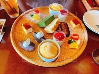 食べ物,ジュース,デザート,テーブル,果物,皿,食器,紅茶,おいしい,ドリンク,レシピ,ファストフード,スナック,大皿,酪農,ボウル,コーヒー カップ,受け皿