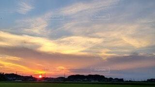 風景,空,屋外,雲,綺麗,夕焼け,夕暮れ,田舎,草,美しい,リラックス,癒し,夕陽,ゆっくり,グラデーション,無加工,夏空,くもり,田舎の空,田園風景,夏の終わり,綺麗な空,コロナに負けない