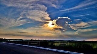 自然,風景,空,屋外,太陽,雲,夕暮れ,水面,アート,田舎,景色,草,樹木,大地,グラデーション,夏空,虹色,夏の終わり,夏の雲,コロナに負けない,一面に広がる空