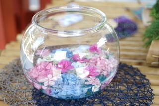 水の上に涼しげに浮かぶ花の写真・画像素材[4775464]