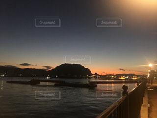 水の体に沈む夕日の写真・画像素材[1689946]
