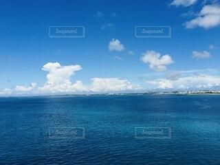 とにかく青い海と空の写真・画像素材[4782847]