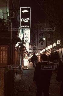 建物,夜,屋外,大阪,歩く,都会,人物,繁華街,明るい,昭和,飲み屋,酒,通り,テキスト