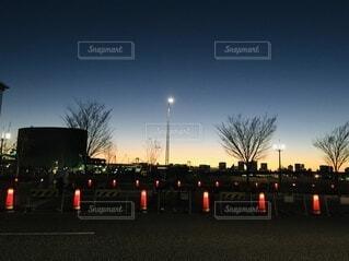 空,冬,屋外,東京,散歩,道路,夕方,日没,樹木,都会,工事,黄昏,明るい,たそがれ,帰り道,明日,街路灯