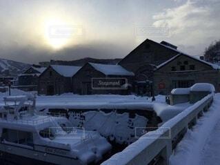 雪が積もった船の写真・画像素材[4785763]