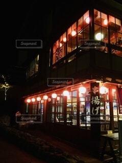 夜の温泉街の店の写真・画像素材[4807639]