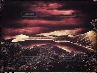 自然,風景,空,屋外,湖,緑,雲,青,水,絵,水面,霧,山,景色,樹木,旅行,旅,絵画,旅先,テキスト,山腹