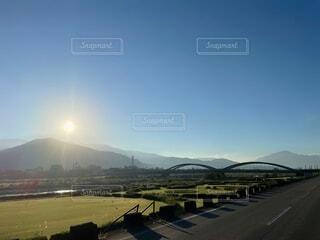 自然,風景,空,橋,街並み,屋外,太陽,雲,静寂,晴れ,道路,山,日差し,草,樹木,河川敷,ゴルフ,日の出,高原,グリーン,早朝,陽光,くもり,景観,日中