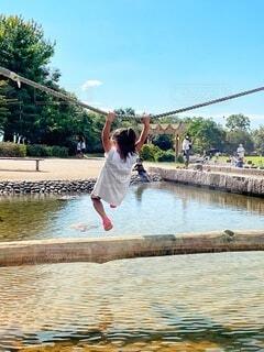 風景,空,屋外,湖,ジャンプ,水面,池,飛ぶ,少女,樹木,人物,人,丸太,綱
