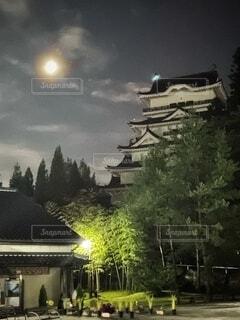 自然,風景,空,建物,夜,夜景,夜空,屋外,雲,暗い,城,光,樹木,建造物,月,街灯,くもり