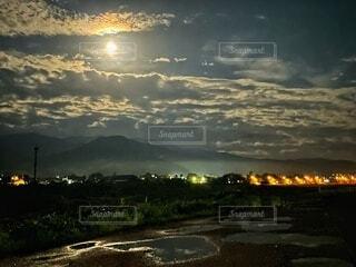 自然,風景,空,夜,夜景,夜空,屋外,雲,暗い,光,月,街灯,くもり