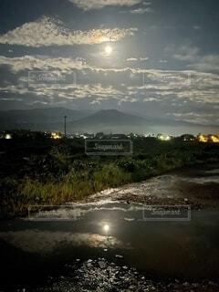 自然,風景,空,夜,夜景,夜空,屋外,湖,雲,暗い,水面,山,反射,光,樹木,月,街灯,くもり