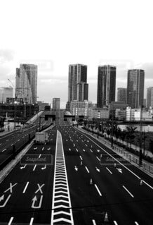 風景,空,建物,屋外,モノクロ,道路,都市,都会,道,高層ビル,テキスト,黒と白