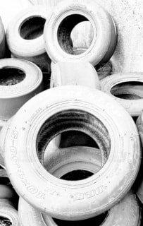 モノクロ,レトロ,古い,タイヤ,トイレ,円,汚い,壊れた,スパイラル,黒と白