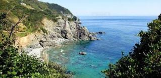 青い海と白い砂浜と崖の写真・画像素材[4889574]