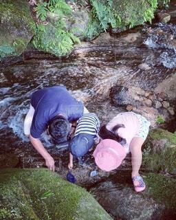 子ども,家族,風景,夏,屋外,川,水面,岩,涼しい,人物,人,キャンプ,河,夏休み,ハイキング