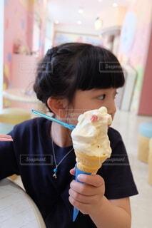 ソフトクリームを食べる女の子の写真・画像素材[4789410]