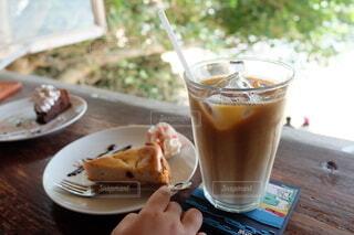 海カフェの窓辺のケーキとカフェラテの写真・画像素材[4794234]