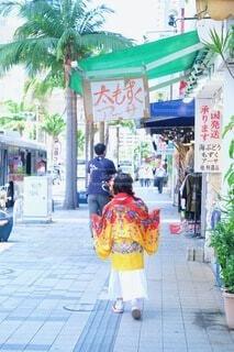 女性,家族,風景,屋外,親子,後ろ姿,歩く,沖縄,女の子,人物,着物,人,地面,那覇,国際通り,紅型,履物,琉装