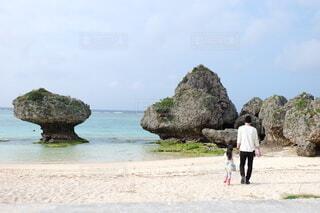 沖縄のビーチを散策する父と娘の写真・画像素材[4812481]
