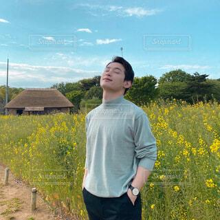 男性,空,花,屋外,青空,景色,観光,草,人物,リラックス,人,立つ,風,ポーズ,空気,草木