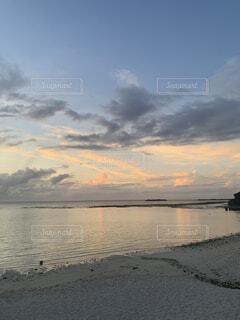 自然,風景,空,夕日,屋外,湖,ビーチ,雲,砂浜,夕焼け,夕暮れ,波打ち際,水面,沖縄,日の入り,切ない,エモい