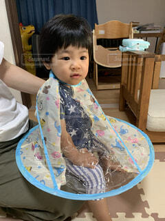子ども,屋内,テーブル,人物,人,座る,赤ちゃん,幼児,男の子,散髪,ケープ,少し,人間の顔,掃除ラク