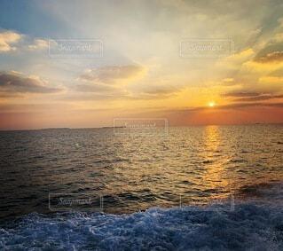 自然,風景,海,空,夕日,屋外,湖,太陽,ビーチ,雲,夕暮れ,波打ち際,波,水面,沖縄,水平線,癒し,iphone,地平線,okinawa,穏やか,iphone12pro