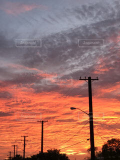 空,屋外,太陽,雲,夕焼け,夕暮れ,電柱,くもり,街路灯