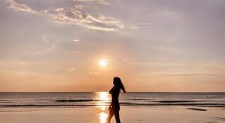 砂浜の上に立っている人の写真・画像素材[4783640]