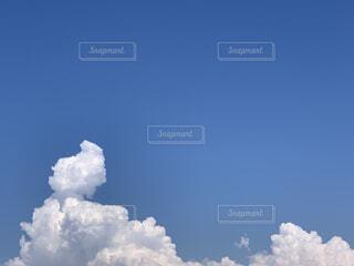夏の空と雲の写真・画像素材[4783643]