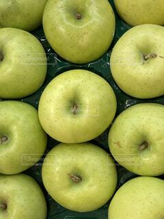 たくさんのフレッシュなグリーンのりんごの写真・画像素材[4818820]