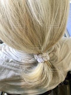 ミルクティー色の白髪を束ねるの写真・画像素材[4941668]