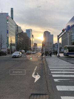 風景,空,建物,屋外,車,道路,都会,道,高層ビル,昼,歩道,明るい,通り,ダウンタウン,車両,陸上車両