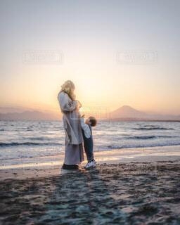 女性,自然,風景,海,空,富士山,屋外,ビーチ,水面,海岸,花嫁,キス,人物,人,ウェディングドレス,マタニティ