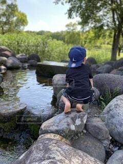 自然,風景,夏,屋外,川,水面,樹木,岩,人物,人,幼児,夏休み,男の子