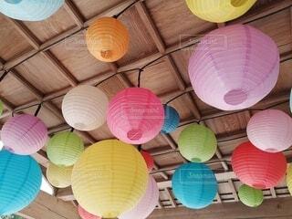 屋内,カラフル,ランタン,風船,提灯,ランプ,照明,装飾,木目,ちょうちん,暖色,寒色,紙風船,多色