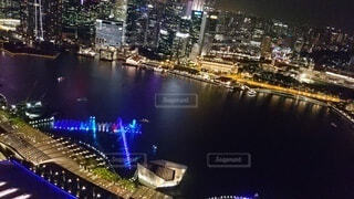 夜の湖とビル群のイルミネーションを上から撮影の写真・画像素材[4788271]