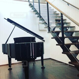 踊り場のグランドピアノの写真・画像素材[4865886]