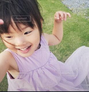 子ども,風景,屋外,少女,草,人物,人,笑顔,赤ちゃん,幼児,人間の顔,パーソン