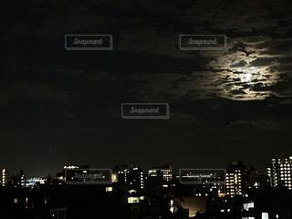 自然,風景,空,秋,夜,夜景,屋外,雲,都会,月,明るい,朧月,中秋の名月