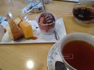 食べ物,スイーツ,コーヒー,屋内,デザート,テーブル,カップ,紅茶,おいしい,喫茶店,菓子,ケーキセット,コーヒー カップ,受け皿